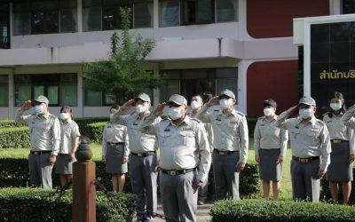 """นายมงกุฎ ขวาของ ผู้อำนวยการส่วนจัดการต้นน้ำ พร้อมเจ้าหน้าที่ส่วนจัดการต้นน้ำ เข้าร่วมกิจกรรมเคารพธงชาติ เนื่องใน""""วันพระราชทานธงชาติไทย"""""""